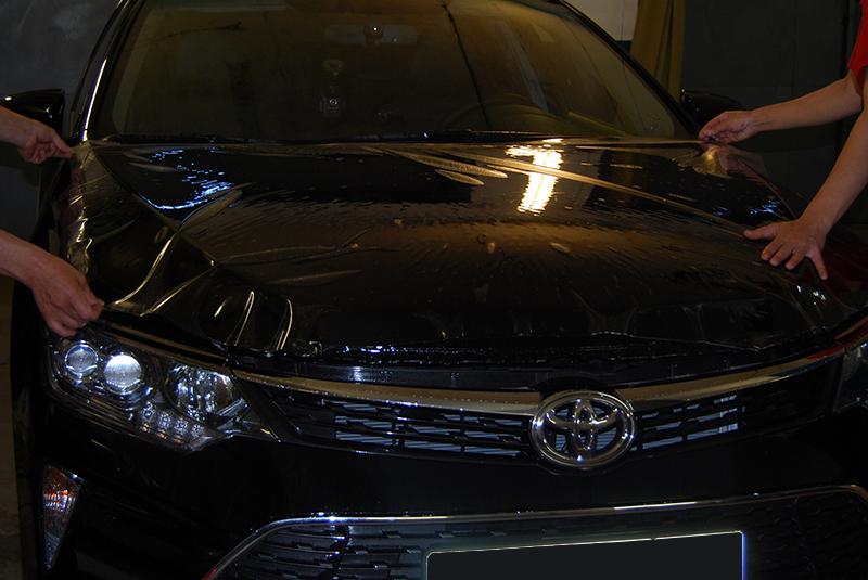 Наложение антигравийной пленки на капот Toyota Camry